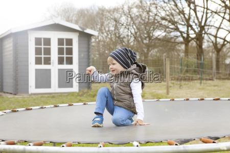 junge auf trampolin