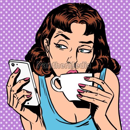 dienstag maedchen schaut smartphone tee oder