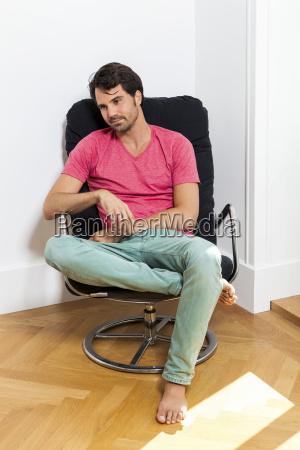 junger mann in freizeitkleidung entspannt sich