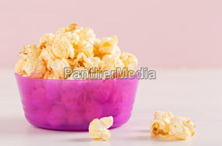 popcorn in schale auf tisch