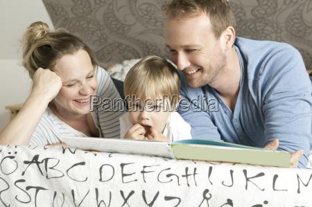 familie liest kinderbuch