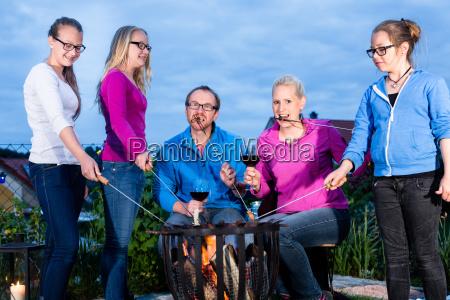 grillfest im naechtlichen garten der familie