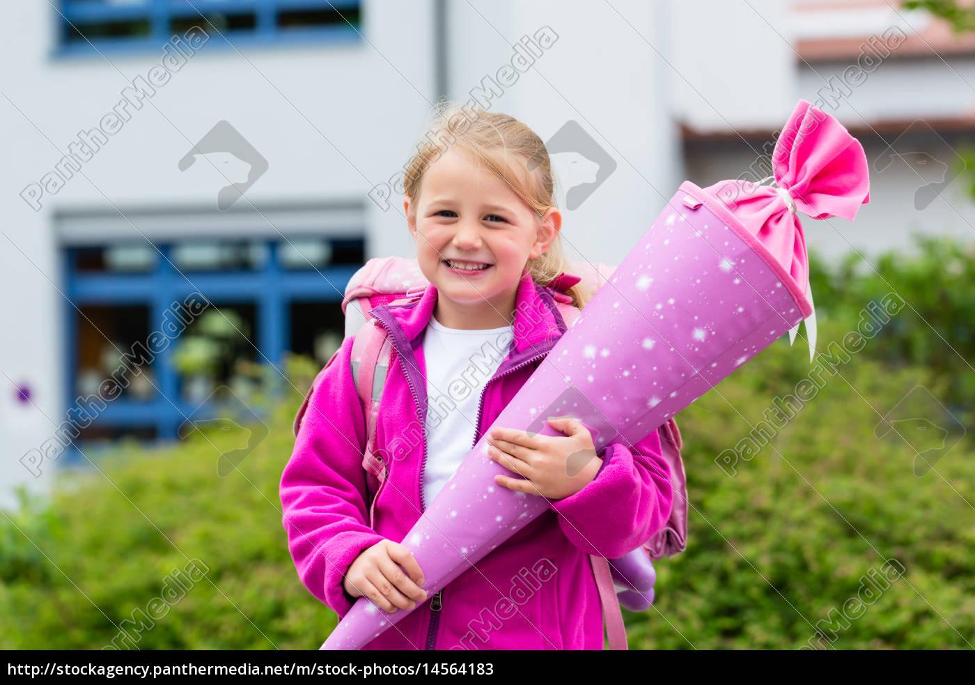 Schulkind am ersten Schultag mit Schultüte - Lizenzfreies Bild ...