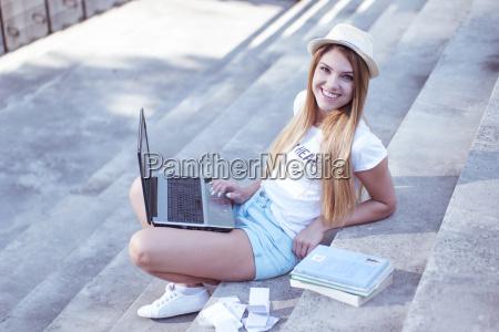 huebscher student mit dem laptop der