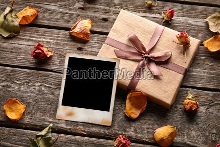 blank bilderrahmen mit geschenk box
