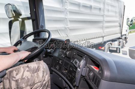 ueberholen von lastwagen auf der strasse