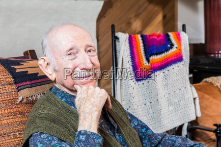 aeltere laecheln gentleman sitzen