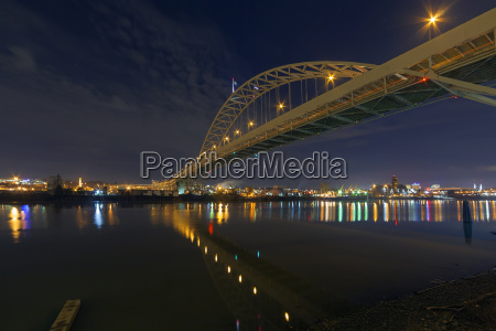fremont bridge over willamette river at