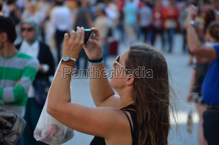 junge frau fotografiert mit handy