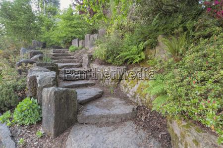 garten treppenstufen mit natuerlichen felsen