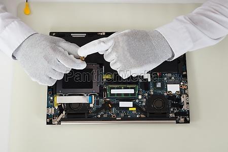 techniker reparieren laptop