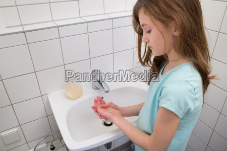 maedchen haende waschen in sink
