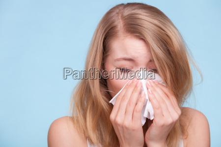 grippe allergie krankes maedchen niesen in