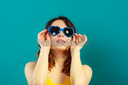 maedchen in den blauen sonnenbrillen portraet