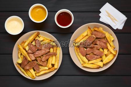 salchipapas fries mit wurst suedamerikanisch fast