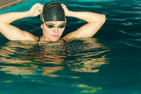 frau athlet im schwimmbadwasser sports