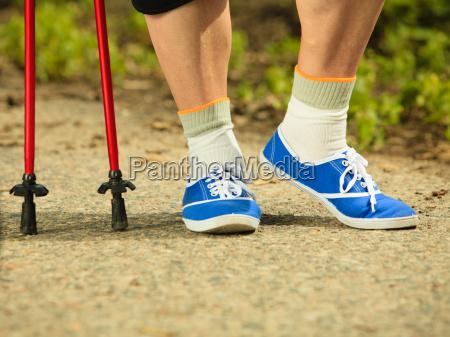 aktive senior beine in turnschuhen nordic