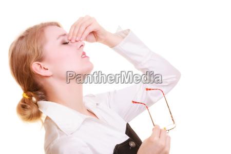 kopfschmerzen frau leidet unter kopfschmerzen isoliert