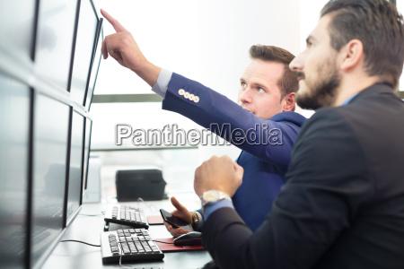 aktienhaendler blick auf computer bildschirmen