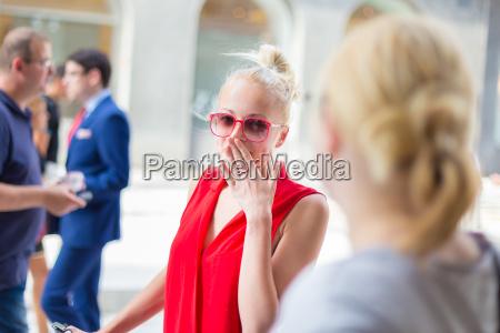 weibliche freunde auf einer strasse klatschend