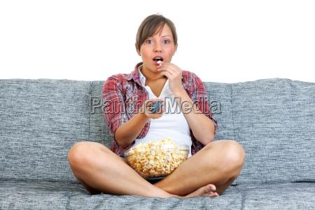 junge frau isst popcorn junge frau
