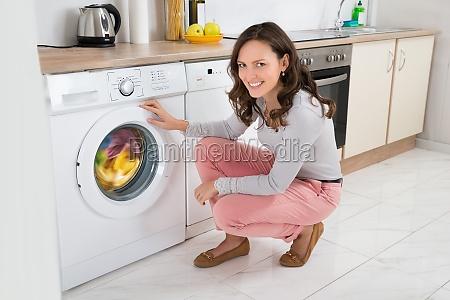 frauen reinigungs kleidung in der waschmaschine