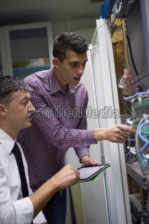 netzwerk ingenieure in serverraum