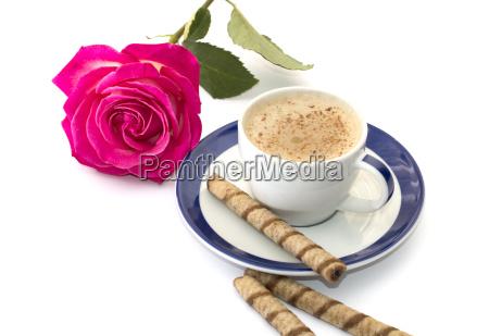 rosa rose und cappuccino auf einer