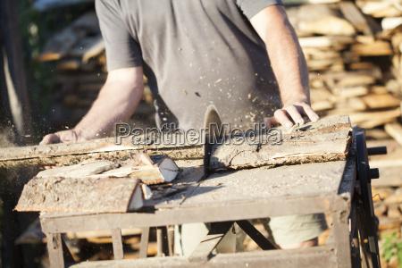 lumberman arbeitet an kreissaege