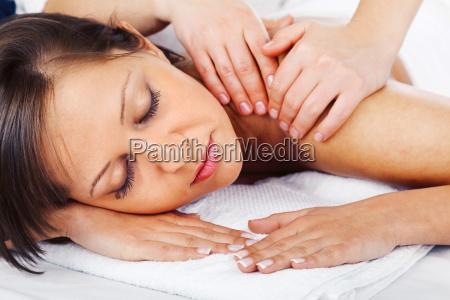 junge frau die massage junge frau