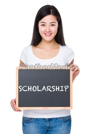 kursteilnehmer mit tafel ein wort stipendium