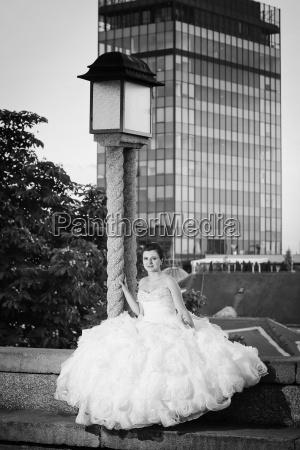 bride posing next to street lamp