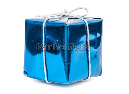 blaue geschenkbox mit silbernem band