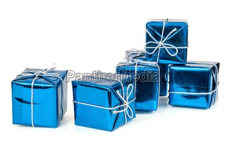 gruppe von blauen geschenkkartons mit silbernen