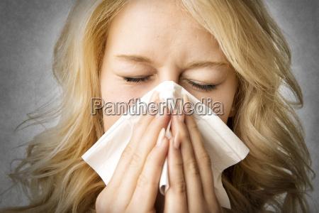 kranke frau mit gewebe niesen