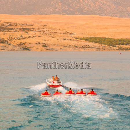 kids tube reiten mit dem speedboat