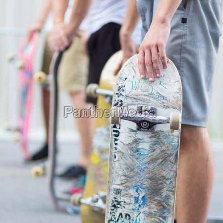 junge skateboarder skateboarden auf der strasse