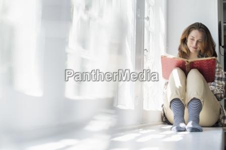 una mujer sentada junto a una