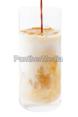 kaffee mit milch glas freigestellt