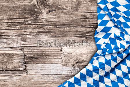 oktoberfest tischdecke auf holz tisch