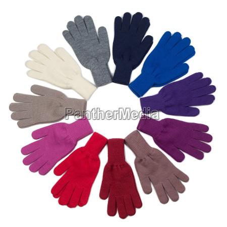 strickhandschuhe in verschiedenen farben auf weissem
