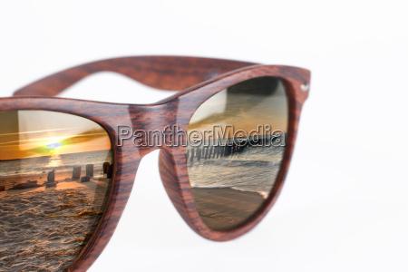 sonnenbrille auf weissem hintergrund