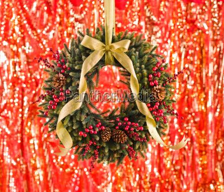 gruen advents kranz mit herbst dekoration