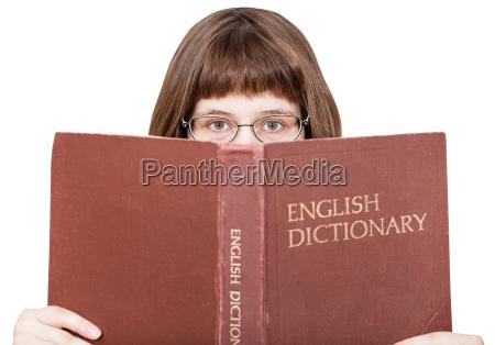 maedchen mit brille schaut ueber englisch