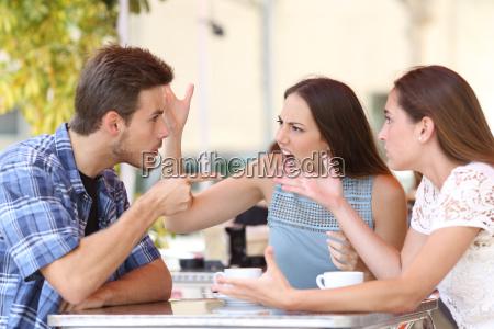veraergerte freunde in einem cafe streiten