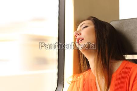 reisenden schlafen in einem bahnreisen