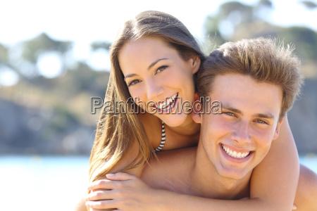 coppia con il sorriso perfetto posa