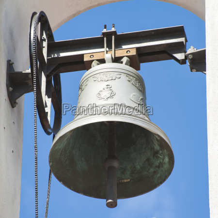 kleiner glockenturm mit einer glocke einer