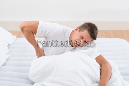 menschen leiden unter rueckenschmerzen