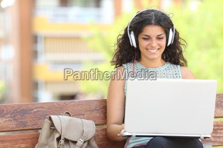freelancer arbeitet mit einem laptop in
